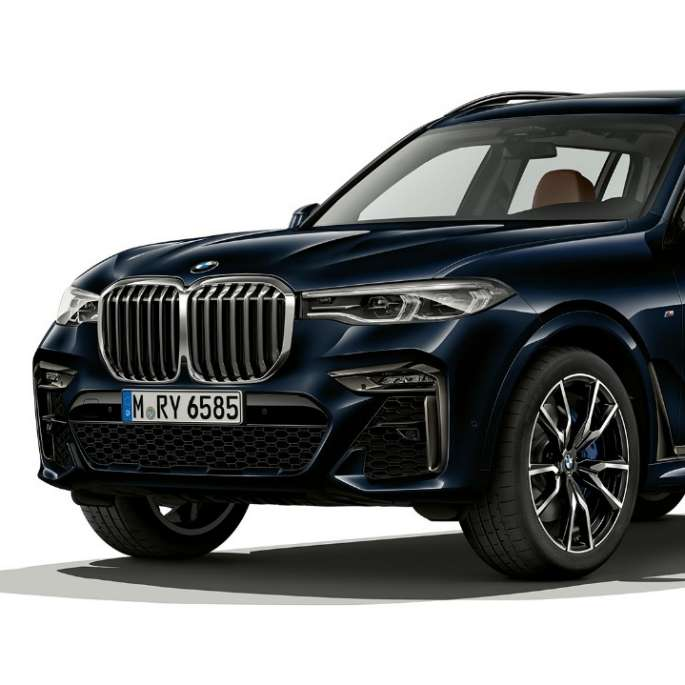 Studio shot of the BMW X7 three-quarter front view as BMW Individual X7 40i xDrive